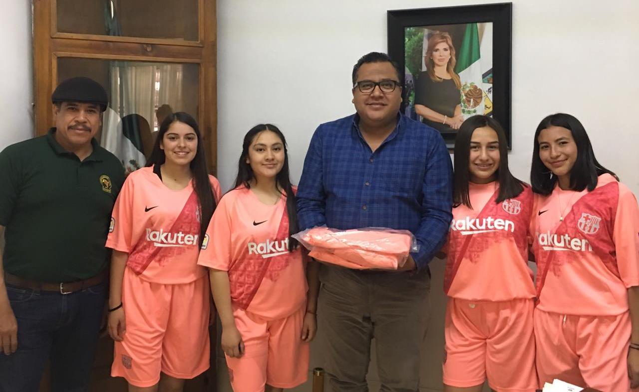 Docentes del Plantel donan uniformes para el equipo Femenil de Fútbol